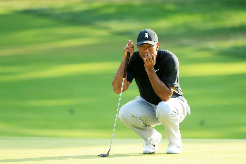 Tiger Woods rétt slapp í gegnum niðurskurðinn í dag.