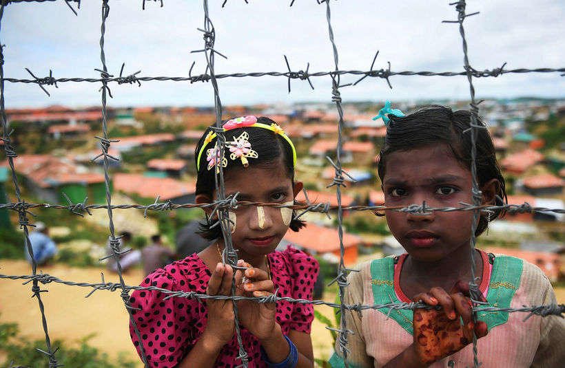 Rohingja-stúlkur í flóttamannabúðum í Bangladess. Rohingjar minnast þess nú að ...
