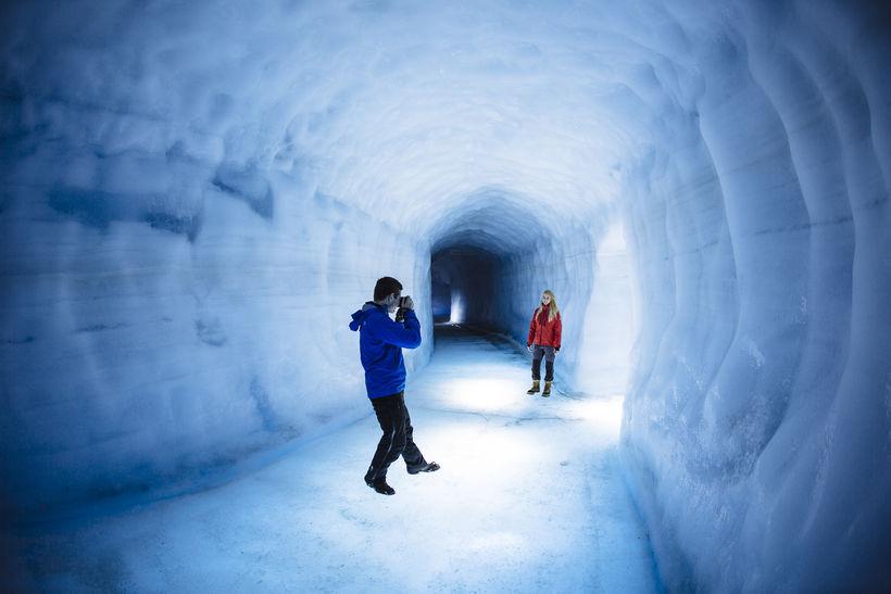 Um 60 þúsund manns skoðuðu íshellinn Into the Glacier í ...