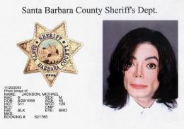 Michael Jackson var formlega ákærður fyrir kynferðislegt ofbeldi gagnvart barni …