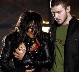 Janet Jackson grípur um brjóst sér eftir að Timberlake reif …
