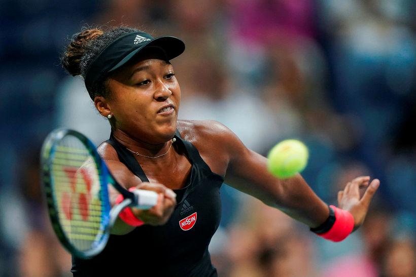 Naomi Osaka mundar tennisspaðann í undanúrslitaleiknum í nótt.