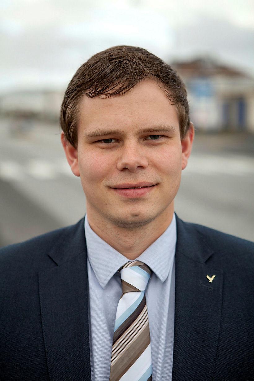 Vilhjálmur Árnason, þingmaður Sjálfstæðisflokks, var framsögumaður frumvarps að nýjum umferðarlögum.