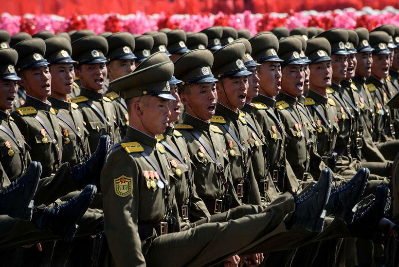 Norðurkóreskri herinn marserar á Kim Il Sung-torginu í Pyongyang.