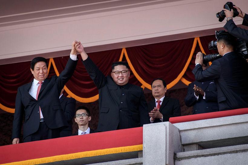 Kim Jong-un ásamt kínverska erindrekanum Zhanshu.