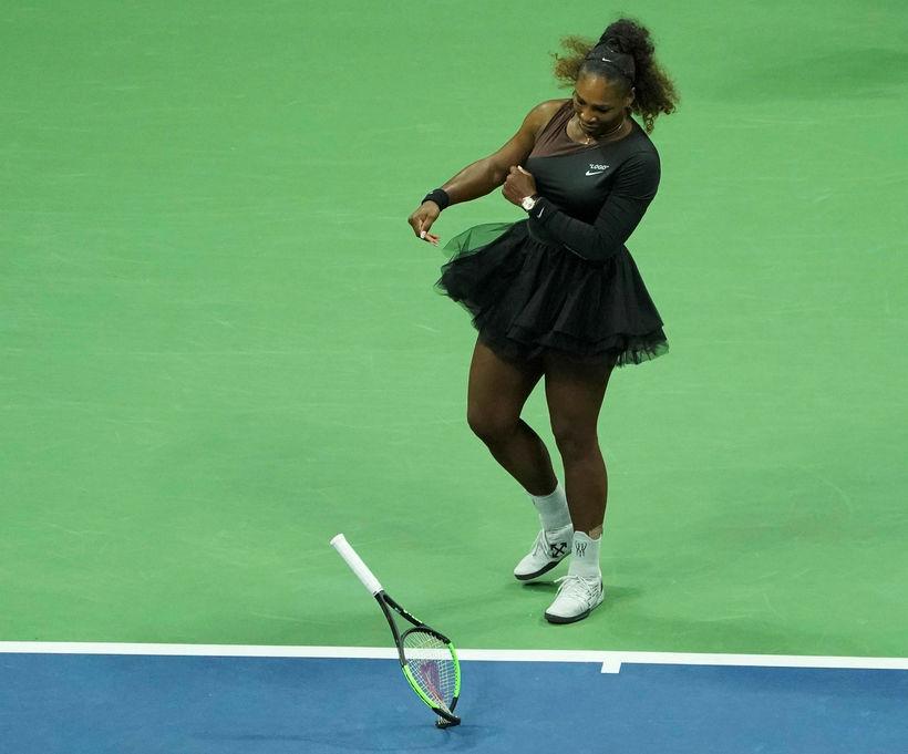 Serena Williams fleygir tennisspaðanum sínum í jörðina.