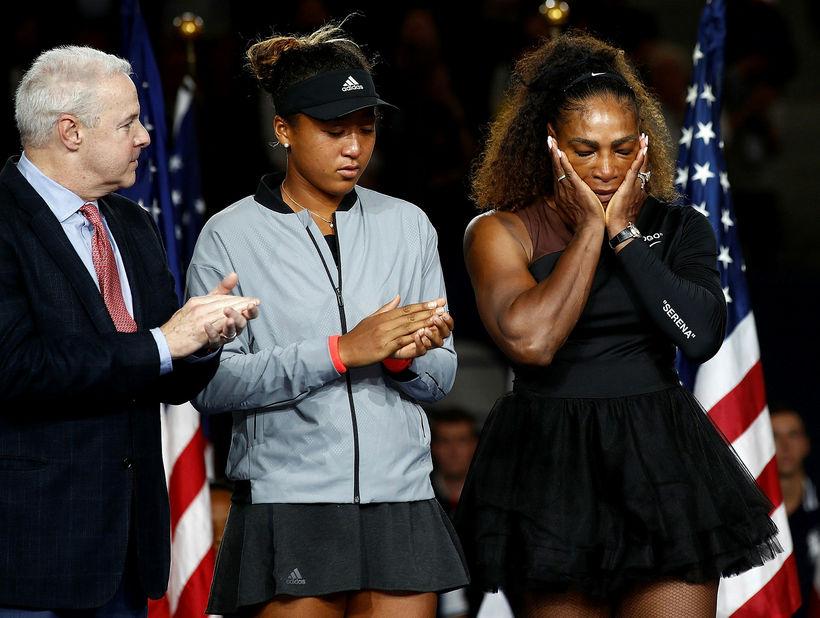 Serena Williams felldi tár í verðlaunaafhendingunni.