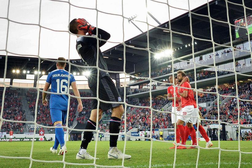 Hannes Þór Halldórsson fórnar höndum í 6:0-tapinu gegn Sviss á ...