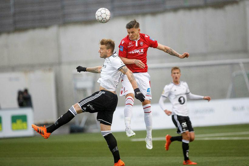 Eiður Aron Sigurbjörnsson og Nicklas Bendtner í skallaeinvígi á Hlíðarenda ...