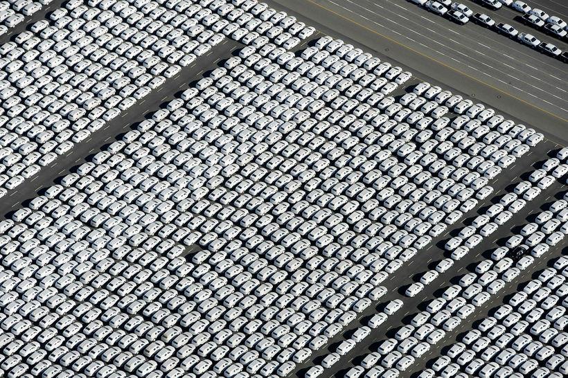 Nýsmíðaðir bílar á verksmiðjulager þýska bílrisans Volkswagen (VW) í Emden ...