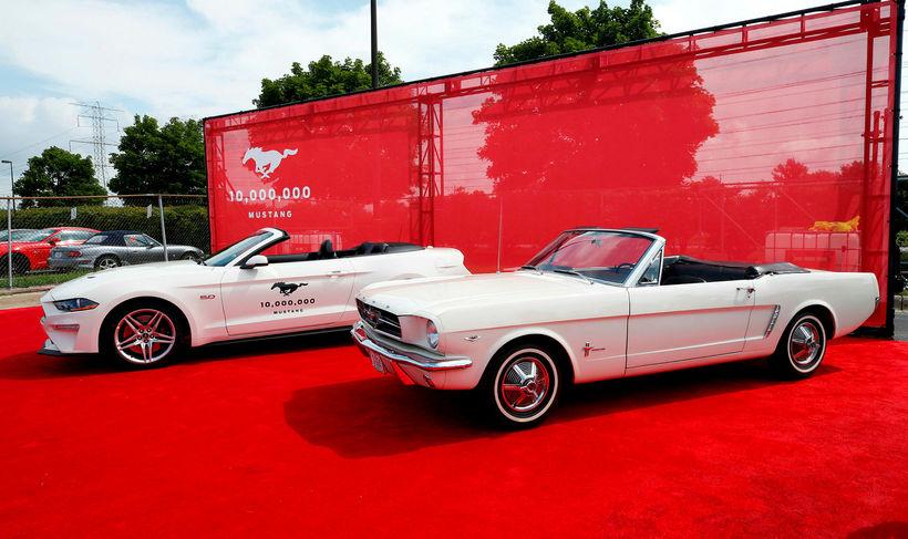 Milli þessara tveggja Mustang hafa verið smíðaðir 9.999.998 bílar.