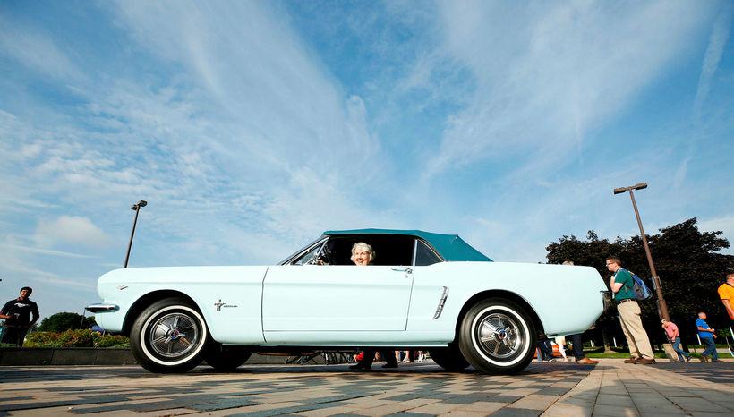 Gail Wise, upphaflegur eigandi Ford Mustang frá 1964, situr hér ...