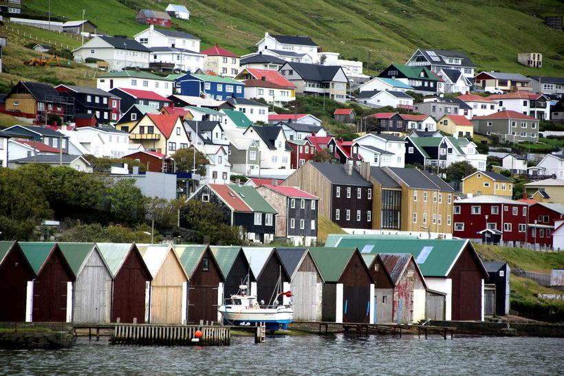 Sjávarútvegurinn er mikilvæg undirstaða í Færeyjum. Myndin er frá Vogi ...
