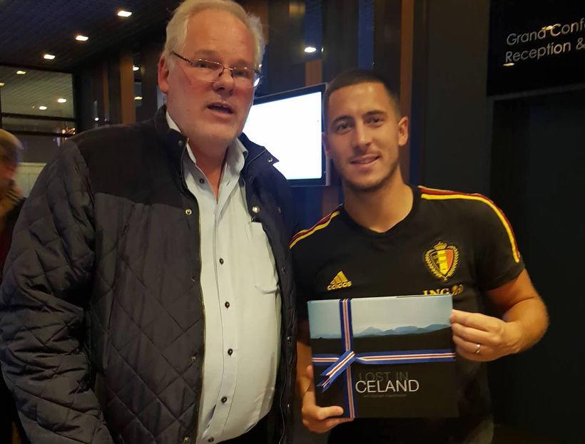 Karl H. Hillers, formaður Chelsea-klúbbsins á Íslandi, færir Eden Hazard ...
