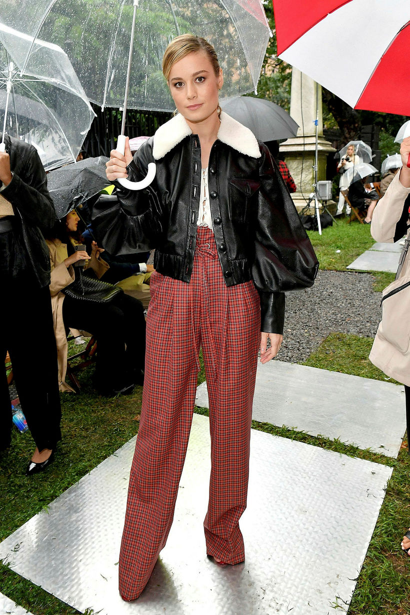 Leikkonan Brie Larson á tískuvikunni í New York. Leðurjakkinn virkar ...