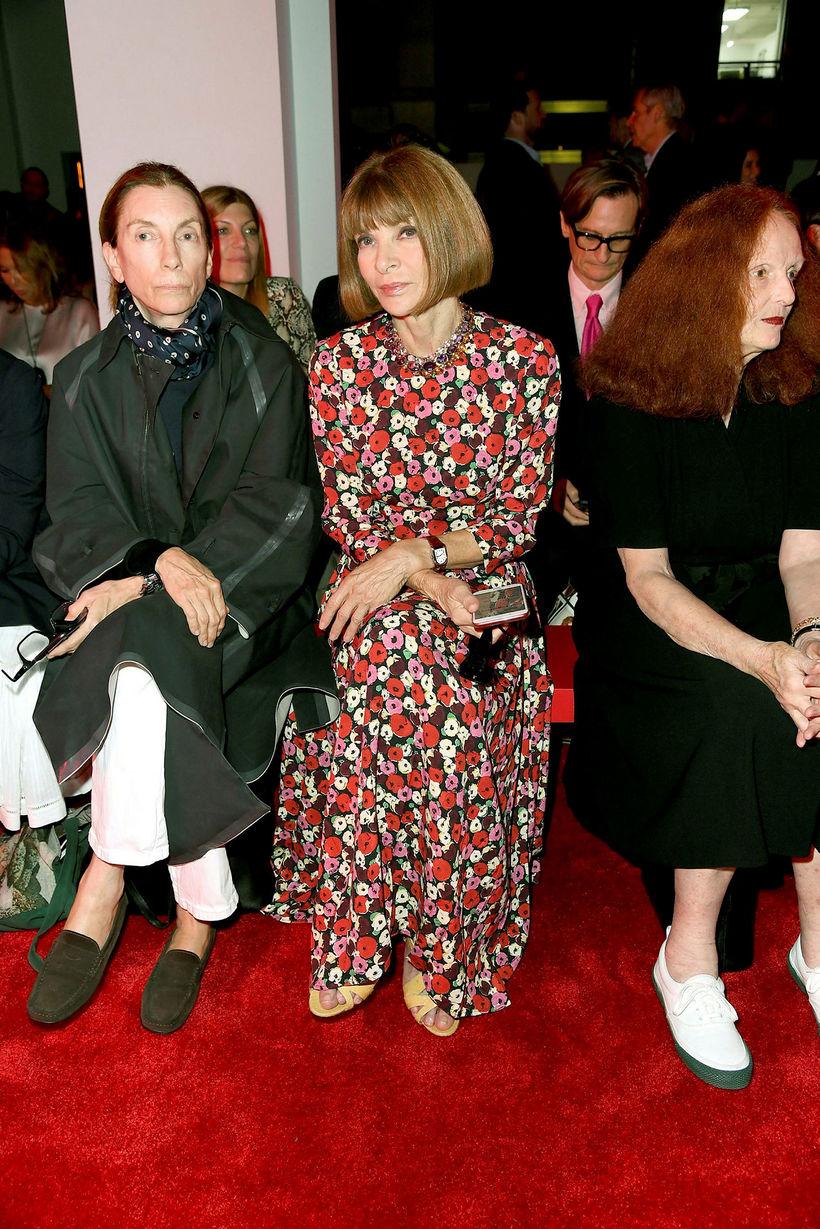 Tískudrottningin Anna Wintour í síðum blómakjól á tískusýningu Calvin Klein.
