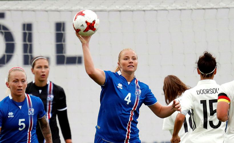 Glódís Perla Viggósdóttir með boltann í landsleik gegn Þýskalandi á ...