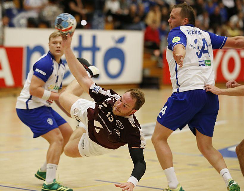 Atli Ævar Ingólfsson stingur sér í gegn í kvöld. Sveinn ...