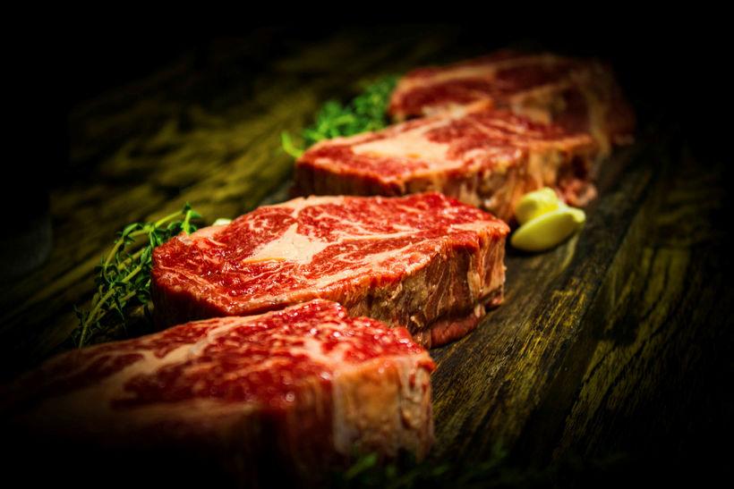 Sashi rib-eye steikin.