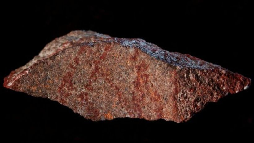Teikningin var gerð á stein með rauðum leir.