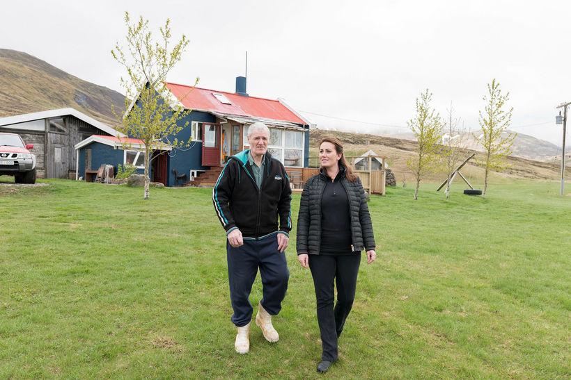 Sveinn Sigurjónsson og Kolbrún Anna Sveinsdóttir við bæinn Þverárkot undir …