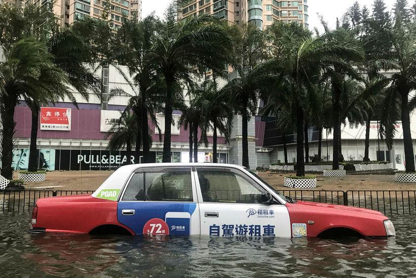 Bíll á kafi í Hong Kong í dag.
