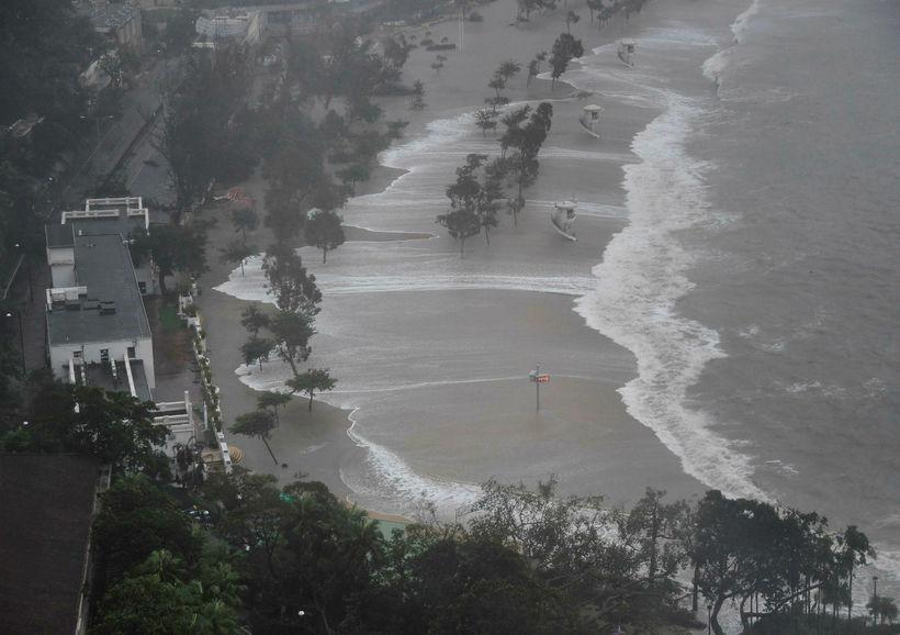 Öldur gengu langt á land í Hong Kong.