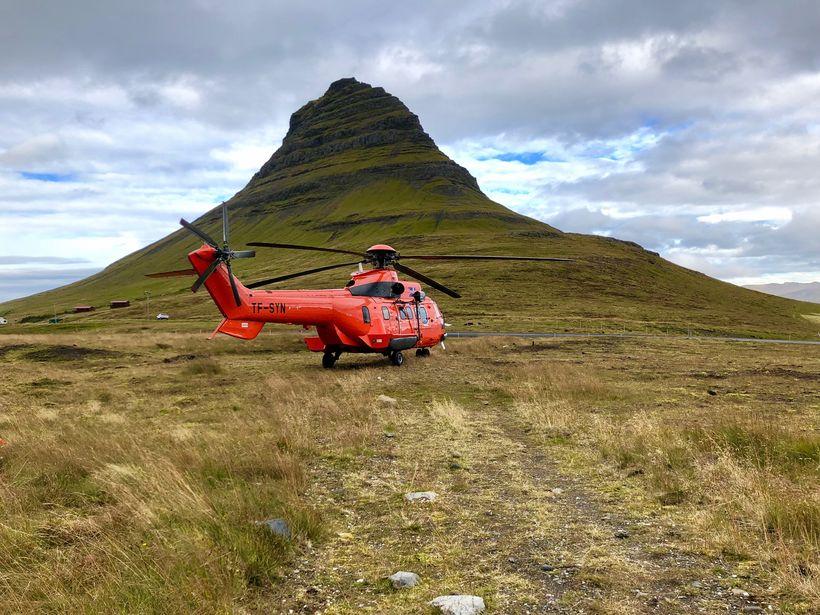 Þyrla Landhelgisgæslunnar við Kirkjufell í gær.