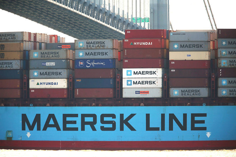 Flutningaskip frá Maersk siglir til hafnar í New York.