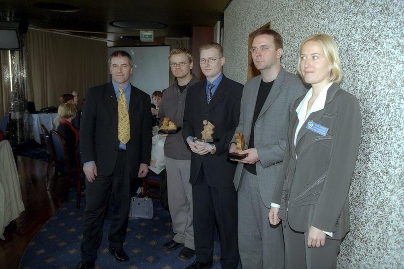 Skúli árið 2000 ásamt góðu fólki, Bjarni Ármannsson er meðal ...