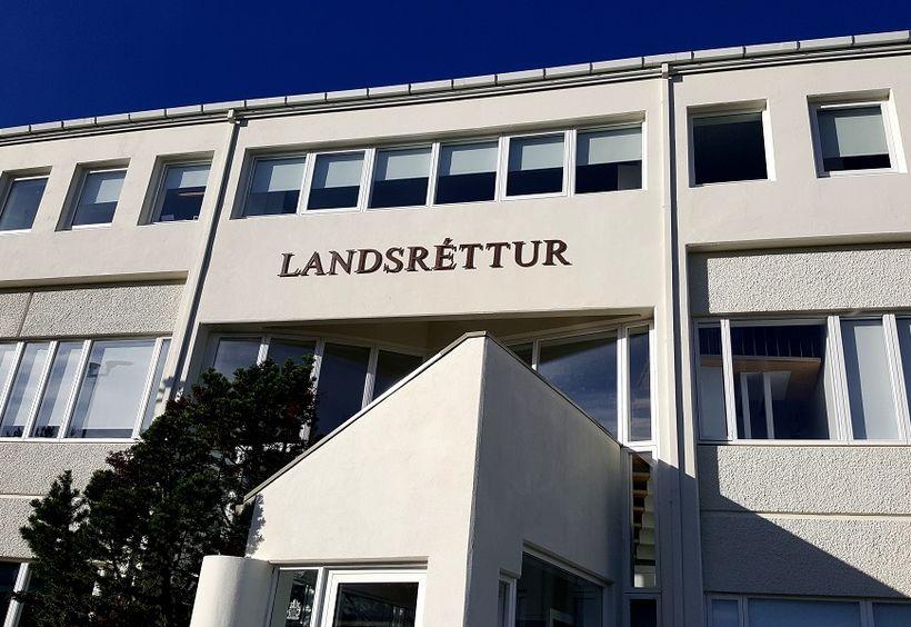 Landsréttur staðfesti úrskurð héraðsdóms og vísaði málinu frá.
