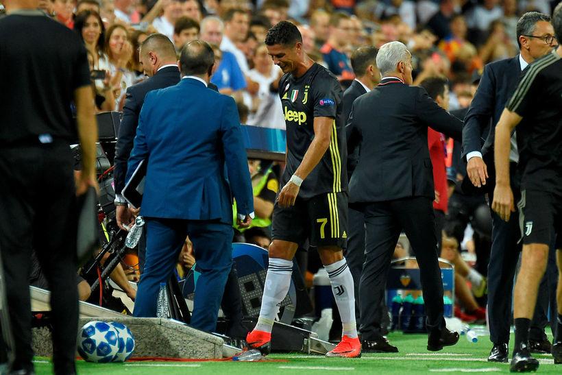 Niðurbrotinn Cristiano Ronaldo gengur af leikvelli í gær.