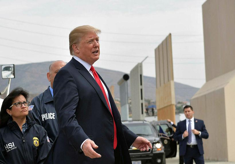 Donald Trump Bandaríkjaforseti skoðar hér líkan af múr í San ...