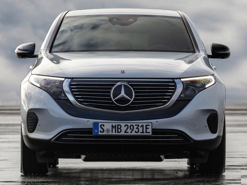 Mercedes EQC 400 rafbíllinn er á þróunarstigi og er vætanlegur ...