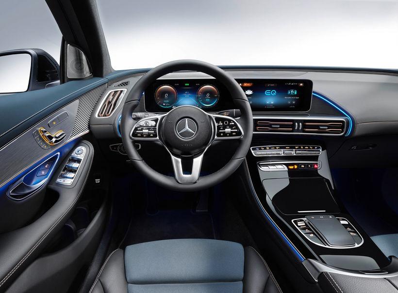 Vinnuaðstaða ökumans Mercedes EQC 400 er ekki amaleg.
