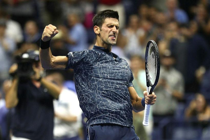 Novak Djokovic fagnar sigri sínum í nótt.