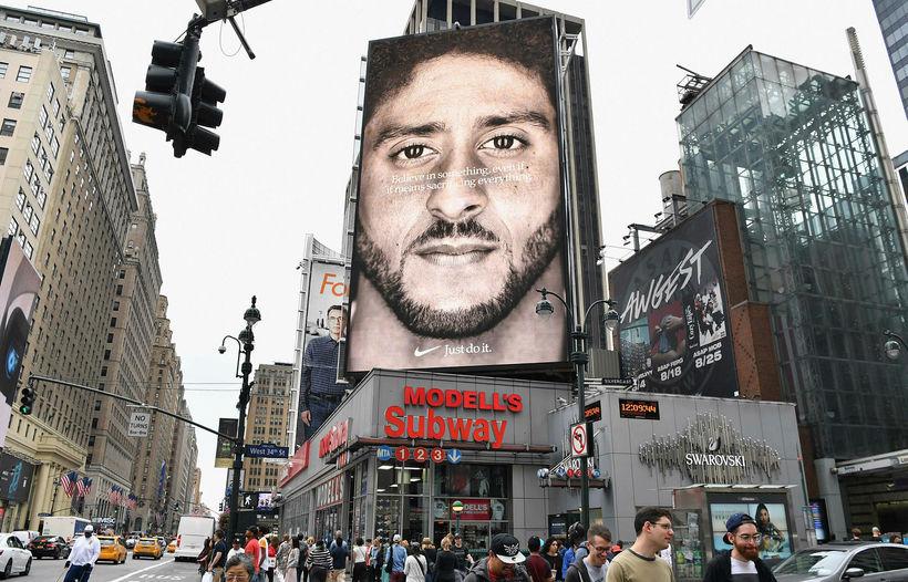 Nike-auglýsing með leikstjórnandann Colin Kaepernick á risaskjá í New York.