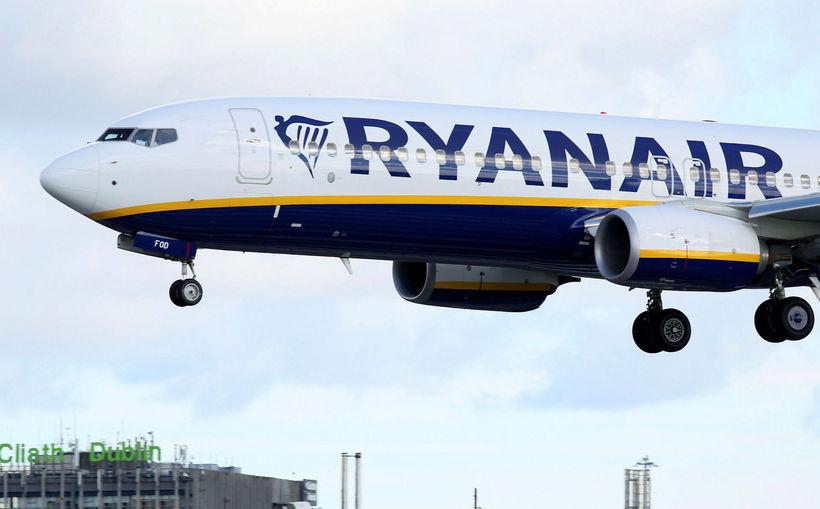 Flugvél Ryanair lendir á flugvellinum í Dublin.
