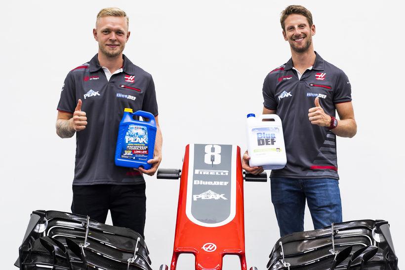 Kevin Magnussen (t.v.) og Romain Grosjean keppa áfram fyrir Haas ...
