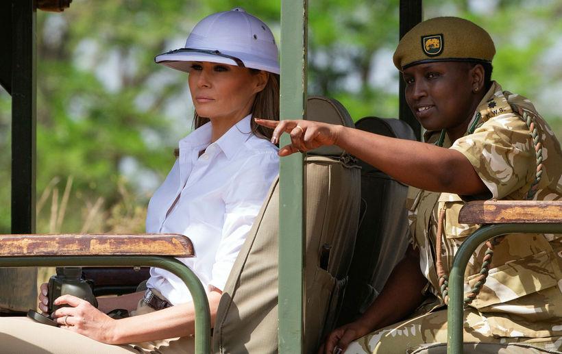 Melania Trump með sólhjálminn í Naróbí.