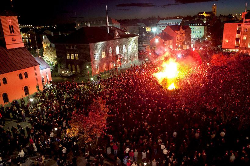 Þúsundir manna komu saman á Austurvelli haustið 2010. Skuldamálin voru ...