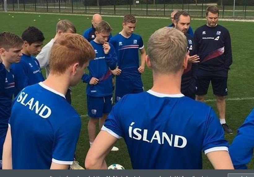 Davíð Snorri Jónsson þjálfari U17 ára landsliðsins ræðir við leikmenn ...