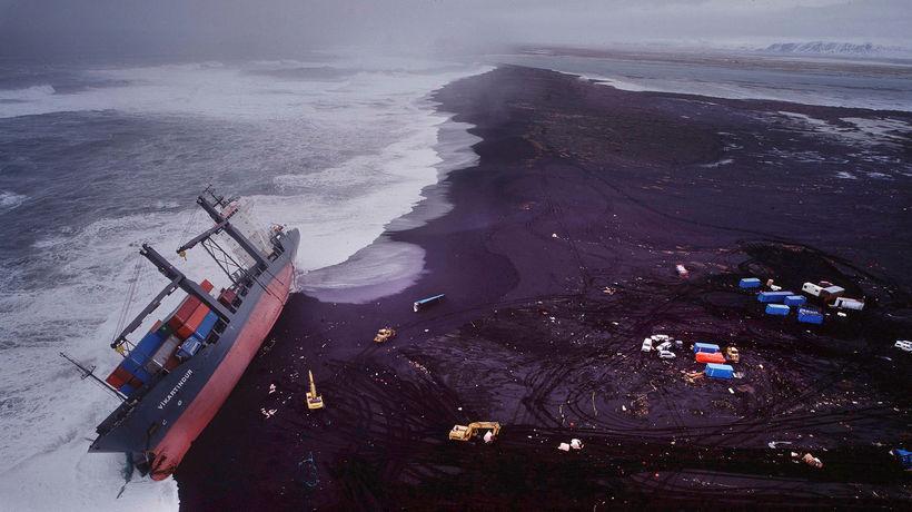 Gámaflutningaskipið Vikartindur strandaði á Háfsfjöru árið 1997.