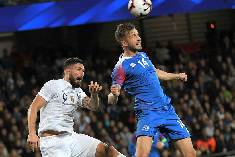 Kári Árnason besti maður Íslands hefur betur gegn Olivier Giroud.