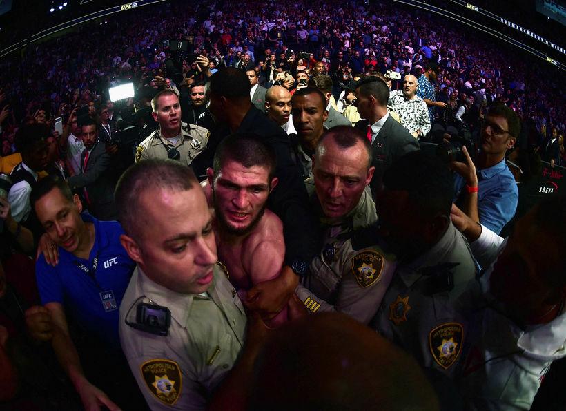 Khabib Nurmagomedov yfirgefur keppnissalinn í T-Mobile Arena í Las Vegas ...