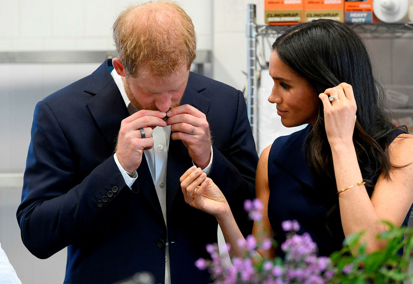 Hérna sést Harry með hringinn í heimsókn hans og Meghan ...
