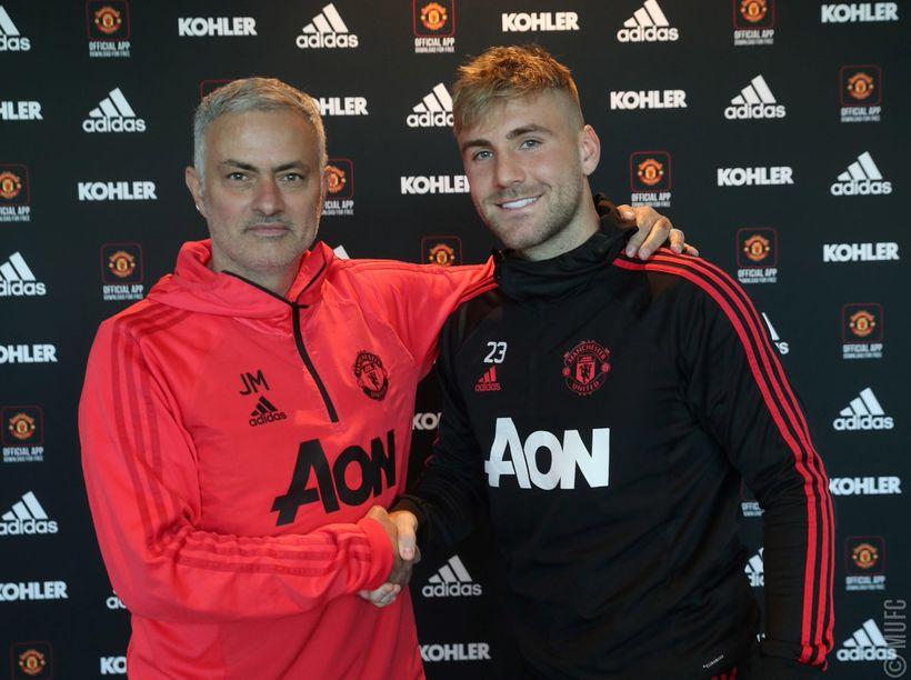 José Mourinho og Luke Shaw eftir undirskriftina.