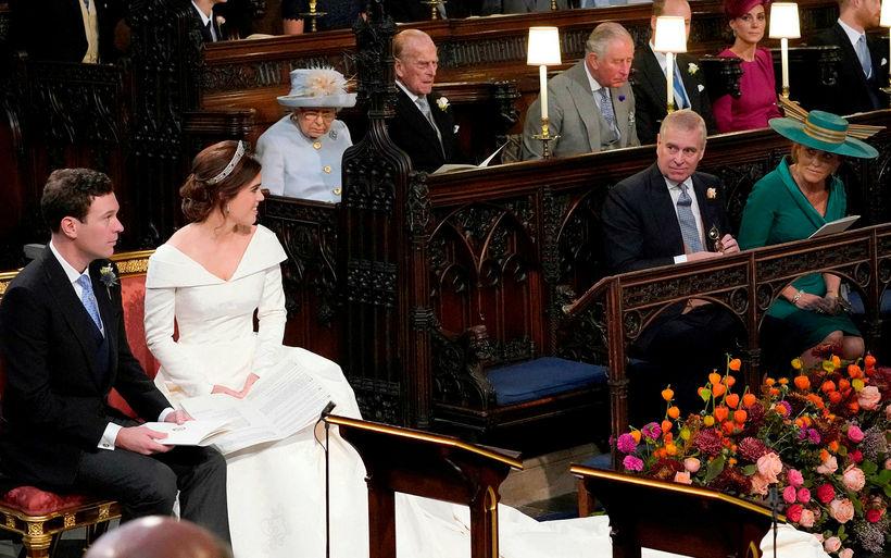 Foreldrar brúðarinnar, Andrés prins og Sara Ferguson sátu saman.