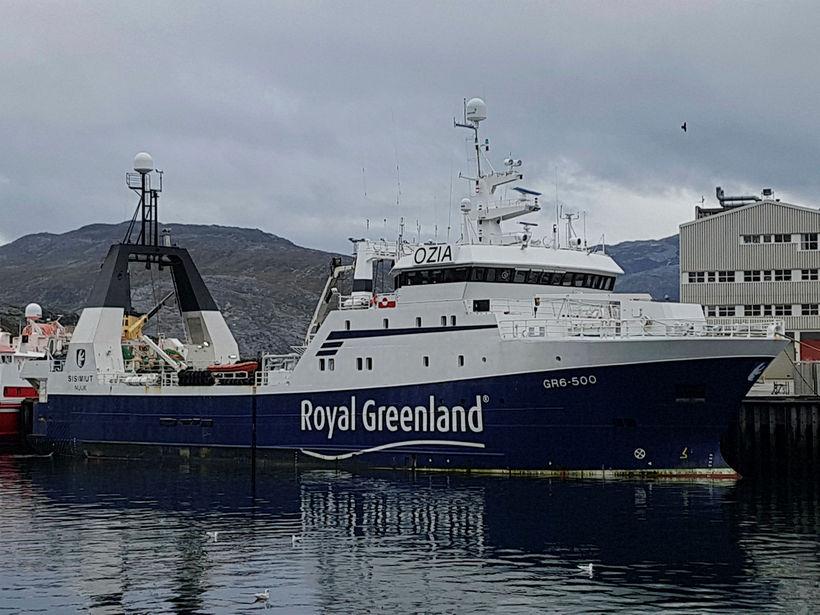 Sisimut við bryggju í Nuuk. Togarinn kemur til Íslands með ...
