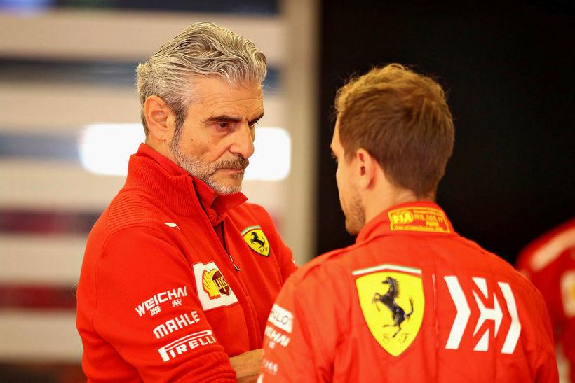 Ferraristjórinn Maurizio Arrivabene brúnaþungur á skrafi við Sebastian Vettel í ...